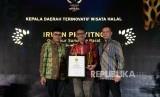 Gubernur Sumatera Barat Irwan Prayitno menerima anugerah Kepala Daerah Terinovatif Wisata Halal pada malam  Anugerah Syariah Republika 2019 di Hotel JW Mariott Jakarta, Selasa (19/11).