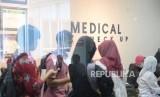 Tes Kesehatan CPNS Membludak. Warga antre mengikuti tes kesehatan di RSUP Dr Sardjito,  Yogyakarta, Rabu (20/11).