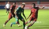 Borneo FC Petik Poin Penuh. Pemain PSS Yudo menghindari pemain Borneo FC pada lanjutan pertandingan Liga 1 di Stadion Maguwoharjo, Sleman, Yogyakarta, Rabu (20/11).