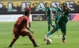 Borneo FC Petik Poin Penuh. Pemain PSS Haris Tuhaera  menghindari pemain Borneo FC pada lanjutan pertandingan Liga 1 di Stadion Maguwoharjo, Sleman, Yogyakarta, Rabu (20/11).