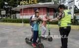 Pemkot Bandung menyoroti lokasi selter skuter listrik yang dekat jalan raya. ilustrasi.