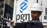 Petugas memeriksa selang penyalur gas di area SPBG MRU PGN, Jalan Banten, Kota Bandung, Kamis (5/12).