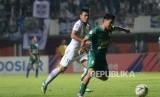 Pemain PSS Rangga Perkasa mencoba melewati pemain Persib pada pertandingan Liga 1 di Stadion Maguwoharjo, Sleman, Yogyakarta, Sabtu (7/12) malam.
