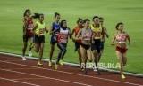 Pelari Indonesia Agustina Mardika Manik (keempat kiri) saat berpacu dengang pelari lainya pada lomba lari 1.500 meter putri Sea Games 2019 di Stadion Atletik New Clark, Filipina, Ahad (8/12).