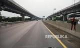 JALAN TOL LAYANG. Suasana lengang mewarani jalan tol Jakarta Cikampek jalur B (arah Jakarta) pasca dibukanya Tol Layang Jakarta Cikampek (Japek II) Karawang, Jawa Barat, Ahad (15/12).