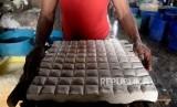 Manfaat Tahu untuk Kesehatan. Foto: Pekerja menyelesaikan pembuatan tahu yang berbahan dasar kedelai di sebuah pabrik tahu di kawasan Duren Tiga, Jakarta,Kamis (19/12).