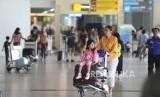 Penumpang pesawat udara membawa barang bawaan di Bandara Internasional I Gusti Ngurah Rai, Bali. Delapan penerbangan rute Bali-Wuhan dibatalkan sejak 23 Januari silam. Ilustrasi.