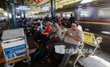 Stasiun Gambir, Jakarta. PT KAI Daop 1 sosialisasikan pencegahan penularan virus corona kepada penumpang di Stasiun Gambir dan Pasar Senen.