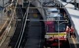 Sejumlah penumpang bersiap menaiki rangkaian Kereta rel listrik (KRL) di Stasiun Cilebut (ilustrasi)