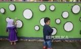 Wisatawan menggunakan fasilitas permainan edukasi Taman Pintar Yogyakarta, Rabu (25/12).