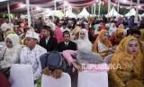 Sejumlah pengantin mengikuti acara nikah massal