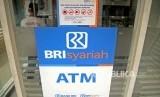 Nasabah melakukan transaksi melalui ATM Bank BRI Syariah Jakarta. ilustrasi