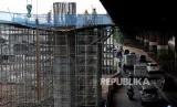 Sejumlah pekerja menyelesaikan pembangunan infrastruktur Tol Becakayu di Jalan DI Pandjaitan, Jakarta, Selasa (7/1). Industri pendukung jasa konstruksi bisa memanfaatkan proyek senilai Rp 419 triliun