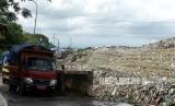 Antre Kendaraan Pembuangan Sampah.Kota Yogyakarta mewaspadai potensi penumpukan sampah akibat penutupan Tempat Pembuangan Sampah Terpadu Piyungan mulai Rabu (8/4).