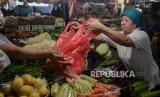 Sejumlah warga berbelanja menggunakan kantong plastik di Pasar Minggu, Jakarta, Jumat (10/1).
