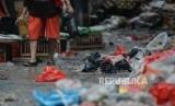 Pasar Tebet Barat dan Pasar Tebet Timur menjadi pelopor pasar bebas plastik pertama di Jakarta.  Foto: Sejumlah warga berbelanja menggunakan kantong plastik di Pasar Minggu, Jakarta, Jumat (10/1).