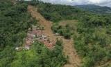 Foto udara anggota tim SAR gabungan melakukan pencarian korban tanah longsor dan banjir bandang yang masih belum ditemukan di Kampung Sinar Harapan, Desa Harkat Jaya, Kecamatan Sukajaya, Kabupaten Bogor, Jawa Barat, Sabtu (11/1/2020).