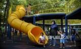 Anak-anak saat bermain di Taman Puring, Kebayoran Baru, Jakarta.