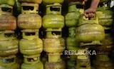 Pekerja menata tabung gas elpiji tiga kilogram di salah satu pangkalan (ilustrasi). Pertamina menambah pasokan gas elpiji untuk antisipasi imlek.