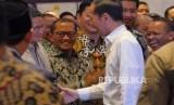 Presiden RI Joko Widodo menyalami Sandiaga Uno saat menyalami jajaran mantan Ketua Umum HIMPI sebelum pelantikan Badan Pengurus Pusat Himpunan Pengusaha Muda Indonesia (BPP HIPMI) Masa Bakti 2019-2022 di Jakarta, Rabu (15/1/2020).
