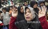 Penyandang disabilitas netra berdoa saat aksi solidaritas untuk korban pengusiran Wyata Guna di area trotoar di Jalan Pajajaran, Kota Bandung, Jumat (17/1).