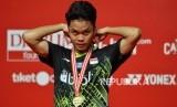 Tunggal putra Indonesia Anthony Sinisuka Ginting memegang medali seusai mengalahkan lawannya asal Denmark Anders Antonsen dalam pertandingan babak final Daihatsu Indonesia Masters 2020 di Istora Senayan, Jakarta, Ahad (19/1).