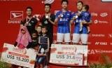 Ganda putra Indonesia Kevin Sanjaya Sukamuljo dan Marcus Fernaldi Gideon memegang medali emas seusai mengalahkan lawan senegara Hendra Setiawan dan Mohammad Ahsan dalam pertandingan babak final Daihatsu Indonesia Masters 2020 di Istora Senayan, Jakarta, Ahad (19/1).