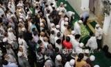 Jemaah saat akan melaksanakan shalat jenazah pendiri lembaga kemanusiaan Medical Emergency Rescue Committe (MER-C) Joserizal Jurnalis di Masjid Silaturahim, Jakarta Timur, Senin (20/1).