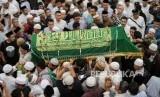KH Cholil: Joserizal Bercerita Pernah Diracun di Israel. Jamaah menggotong peti Jenazah pendiri lembaga kemanusiaan Medical Emergency Rescue Committe (MER-C) Joserizal Jurnalis usai di shalatkan di Masjid Silaturahim, Jakarta Timur.