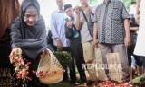 Keluarga dan kerabat menghadiri prosesi pemakaman pendiri lembaga kemanusiaan Medical Emergency Rescue Committe (MER-C) Joserizal Jurnalis di Tempat Pemakaman Umum (TPU) Pondok Ranggon, Jakarta Timur, Senin  (20/1)).