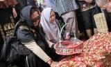 CEO Rumah Zakat: Joserizal Sosok Tangguh dan Heroik. Keluarga dan kerabat menghadiri prosesi pemakaman pendiri lembaga kemanusiaan Medical Emergency Rescue Committe (MER-C) Joserizal Jurnalis di Tempat Pemakaman Umum (TPU) Pondok Ranggon, Jakarta Timur, Senin (20/1)).