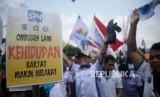 Buruh menggelar aksi unjuk rasa menentang omnibus law cipta lapangan kerja di depan Gedung DPR/MPR, Senayan, Jakarta, Senin (20/1).