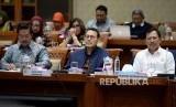 Menteri Kesehatan Terawan Agus Putranto (kanan) bersama dan Dirut BPJS Kesehatan Fahmi Idris (tengah) mengikuti rapat kerja dengan Komisi IX DPR di Kompleks Parlemen Senayan, Jakarta, Senin (20/1).