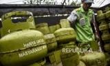 Petugas melakukan bongkar muat tabung gas LPG 3 kg di salah satu agen LPG di Jalan Samoja, Kota Bandung, Selasa (21/1).