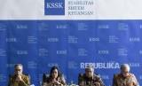Menteri Keuangan Sri Mulyani Indrawati (kedua kiri) didampingi Gubernur Bank Indonesia (BI) Perry Warjiyo (kedua kanan), Ketua Dewan Komisioner Otoritas Jasa Keuangan (OJK) Wimboh Santoso (kiri) dan Ketua Dewan Komisioner Lembaga Penjamin Simpanan (LPS) Halim Alamsyah (kanan) menyampaikan keterangan pers seusai menggelar rapat Komite Stabilitas Sistem Keuangan (KSSK) di Kementerian Keuangan, Jakarta, Rabu (22/1/2020).