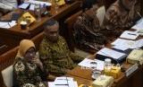 Ketua Dewan Komisioner Otoritas Jasa Keuangan Wimboh Santoso (kedua kiri) bersama anggota Nurhaida (kiri), Heru Kristiyana (kedua kanan) dan Riswinandi (kanan) mengikuti rapat kerja dengan Komisi XI DPR tentang kinerja pengawasan terhadap industri jasa keuangan di Kompleks Parlemen Senayan, Jakarta, Rabu (22/1/2020).