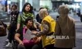 Di bawah koordinasi Dinas Kesehatan DKI Jakarta, petugas mendeteksi suhu tubuh penumpang pesawat di Terminal 3 Bandara Soekarno Hatta, Tangerang, Banten, Rabu (22/1).