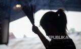 Umat Konghucu sembahyang dalam rangka menyambut Tahun Baru Imlek. Kemenkumham hemat uang makan Rp 21 juta karena berikan remisi khusus Imlek. Ilustrasi.