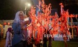 Pengunjung memadati area Thamrin 10 yang di hiasi dekorasi lampion dalam rangka merayakan Tahun Baru Imlek di Jakarta, Sabtu (25/1).