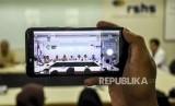 Seorang awak media mengambil gambar konferensi pers terkait pasien suspect Novel Coronavirus (nCoV) menggunakan gawai di RSUP Hasan Sadikin, Kota Bandung, (ilustrasi).