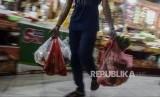 Pembeli membawa belanjaannya di dalam kantong plastik di Pasar Tebet Barat, Jakarta, Selasa (28/1).