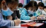 Siswa sebuah sekolah cina di Quezon City, Metro Manila, Filipina mengenakan masker menyusul wabah virus corona yang menyebar luas dan cepat di China daratan, Selasa (28/1).