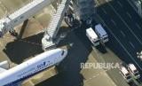 Petugas mengenakan pakaian pelindung berada di sekitar pesawat yang mendarat membawa warga Jepang dari Wuhan di Bandara Haneda, Tokyo, Jepang, Rabu (29/1). Pesawat kedua untuk menjemput warga Jepang dari Wuhan sudah tiba di Tokyo. Ilustrasi.