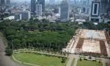 Suasana revitalisasi Taman Plaza Selatan Monas yang diberhentikan di Jakarta, Rabu (29/1).