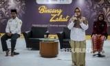 Relawan lembaga beasiswa Baznas Aqmar Jalilah (kanan) bersama relawan layanan aktif Baznas Tuminah (tengah) memberikan paparan pada acara Bincang Zakat di Kantor Baznas, Jakarta, Rabu (29/1).