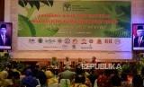 Ketua Kehormatan Presidium Inter Religious Council Indonesia  Din Syamsuddin (kedua kanan), Aliansi Masyarakat Adat Nusantara (AMAN) Abdon Nababan (kanan),  perwakilan dari Universitas Gajah Mada Zainal Abidin (kedua kiri) menyampaikan materi saat lokakarya, dialog dan peluncuran Prakarsa Lintas Agama Untuk Hutan Tropis Indonesia di Gedung Manggala Winabakti, Jakarta, Kamis (30/1).