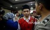 Terdakwa kasus aksi unjukrasa pelajar pembawa bendera merah putih di gedung DPR Dede Lutfi Alfiandi bersiap mengikuti sidang putusan di Pengadilan Negeri Jakarta Pusat, Kamis (30/1).