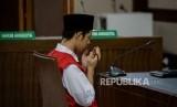 Terdakwa kasus aksi unjukrasa pelajar pembawa bendera merah putih di gedung DPR Dede Lutfi Alfiandi memanjatkan doa saat akan mengikuti sidang putusan di Pengadilan Negeri Jakarta Pusat, Kamis (30/1).