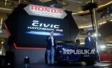 Business Innovation and Sales & Marketing Director PT Honda Prospect Motor (HPM) Yusak Billy (kiri) bersama Director of Product and Sales & Marketing PT HPM Takayuki Uotani (kanan) saat peluncuran New Honda Civic Hatchback RS di Jakarta, Kamis (6/2).