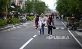 Uji Coba Jalur Pedestrian Malioboro. Pengunjung menikmati jalur pedestrian di Malioboro, Yogyakarta, Jumat (7/2).